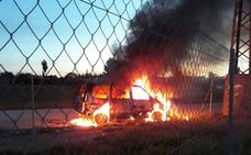 Arde un coche en la mota del río que había sido robado en Rincón de Seca
