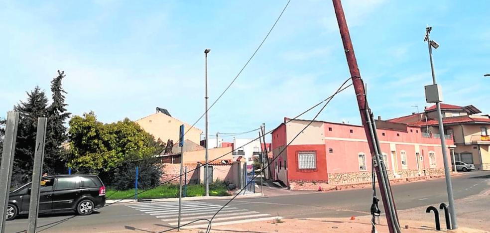 Un camión tira un cable telefónico en La Aljorra