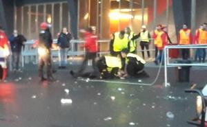 Uno de los dos vigilantes heridos en San Mamés presenta un corte en el cuello
