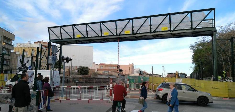 Montan de madrugada la pasarela en el paso a nivel de Santiago el Mayor