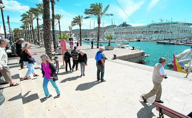 Dos mil turistas llenan tiendas y restaurantes