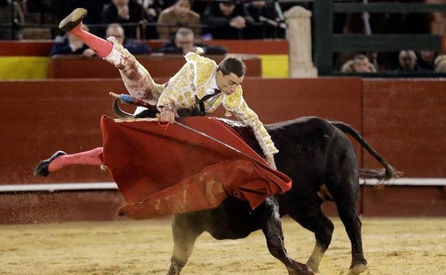 Paco Ureña sufre una aparatosa cogida en Valencia