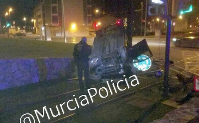Detenido un conductor tras volcar con su coche en la Plaza de Los Cubos de Murcia