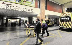 Un preso multirreincidente se fuga durante un traslado a La Arrixaca
