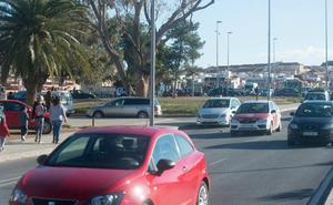Multan a 19 conductores por aparcar mal en un colegio de Cartagena