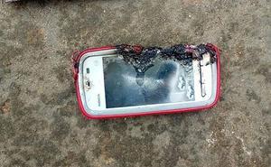 Muere una joven al explotarle el móvil mientras hablaba