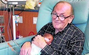El abuelo abrazabebés