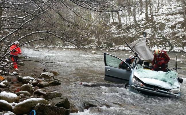 Muere un hombre de 80 años al caer su coche desde 15 metros al río en Cantabria