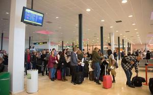 Otros 1.833 murcianos amplían el éxodo al extranjero, que roza los 40.000 emigrantes