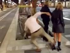 Condenado a hacer cursos de derechos humanos el joven que propinó una patada a una mujer en Barcelona