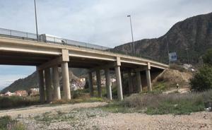 Herido grave un motorista tras un accidente en el puente que va sobre Beniaján y Torreagüera