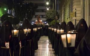 La primera procesión recorre el centro de Cartagena de madrugada