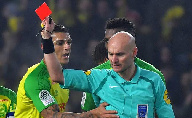 Sanción de seis meses para el árbitro que propinó una patada a un jugador