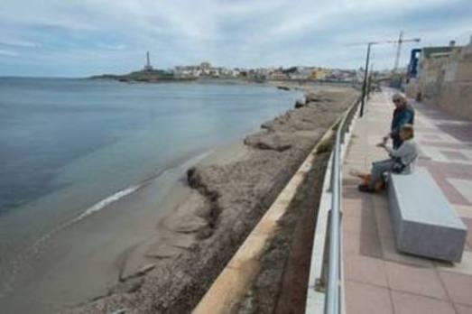 Las brigadas municipales dejan listas las playas para Semana Santa