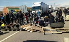 Las protestas en Cataluña bloquean a más de 300 camioneros murcianos