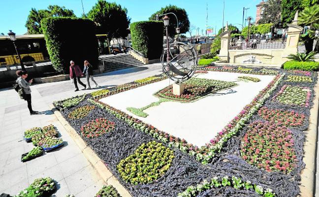Obras de artistas murcianos se recrearán con flores en los jardines durante las fiestas