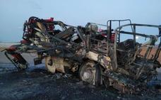 Arde un tractor y maquinaria agrícola en Yecla