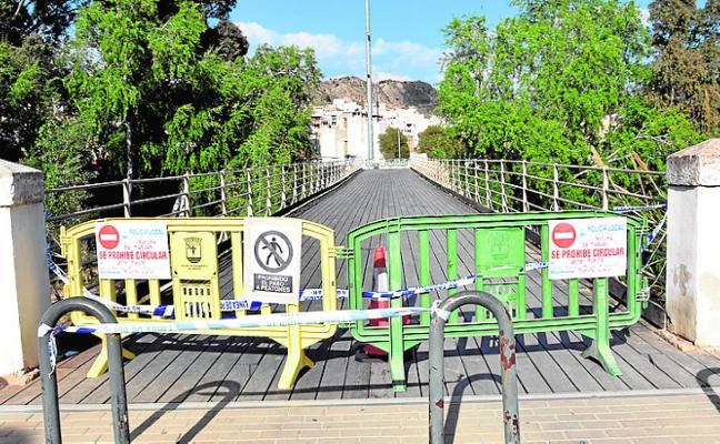 Clausuran el Puente Viejo de Abarán tras la lesión de un vecino por la rotura de una tabla