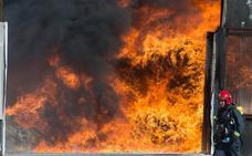 Un devastador incendio calcina una empresa de reciclaje en Santomera