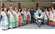 La Reina de la Huerta y sus damas de honor visitan las instalaciones de la Guardia Civil