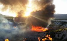 Los bomberos trabajan para extinguir un incendio forestal en Ojós