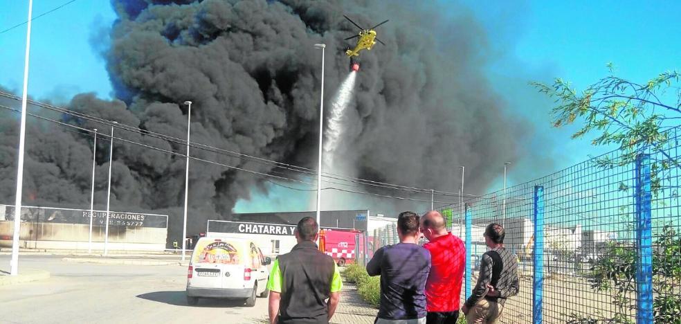 El fuego en una empresa de Santomera genera una gruesa columna de humo