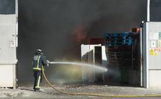 Extinguen el incendio en la empresa de reciclaje de Santomera