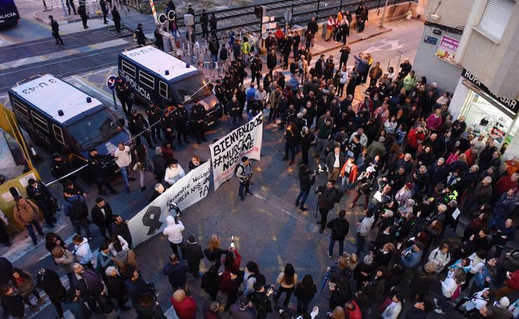 Protesta en Santiago el Mayor apoyada por ciudadanos catalanes y andaluces