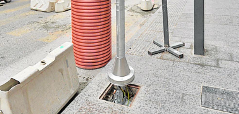 Instalan semáforos en Juan Carlos I con base redonda sobre una arqueta cuadrada