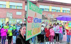 Padres y alumnos del Vista Alegre se concentran contra el calor en las aulas