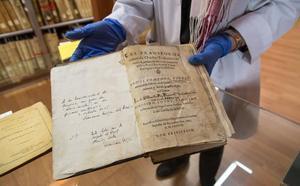 Un libro con anotaciones manuscritas de Quevedo se incorpora al patrimonio de la UMU