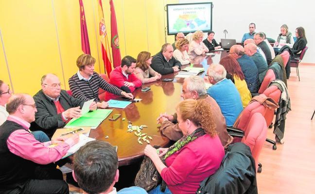 Castejón reduce «al máximo» el número de contratos menores y promete más control
