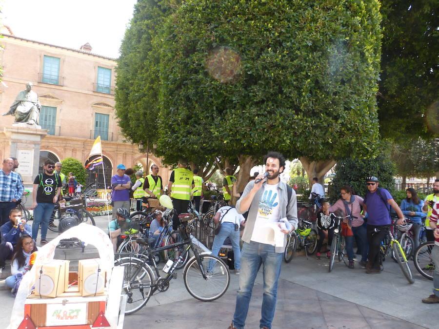 Medio millar de ciclistas reivindican el uso de la bici