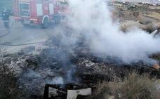 Extinguen un incendio de un vertedero ilegal en Fortuna