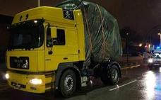La increíble carga que descubrieron unos policías debajo de la lona de este camión