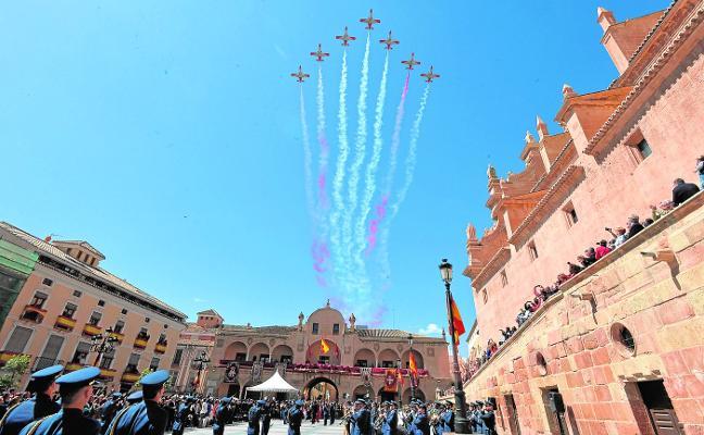 Unas 300 personas juran bandera en la plaza de España en el 75 aniversario de la AGA