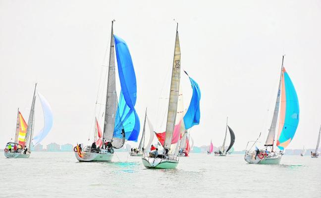 Los cambios de viento enredan la regata