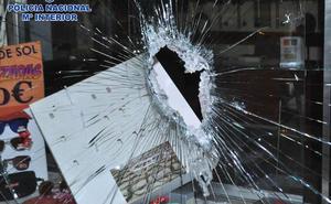 Detienen a un ladrón que rompía los escaparates de las tiendas con tapas de alcantarillado