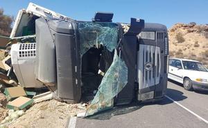 Herido en un aparatoso accidente al volcar el camión que conducía en Águilas