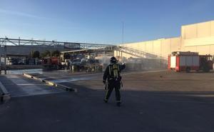 Sofocan un incendio en una empresa de residuos en el polígono industrial de Alhama