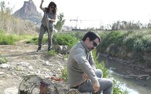 Columbares enseña a voluntarios cómo muestrean anguilas por el Día Mundial de los Peces Migradores