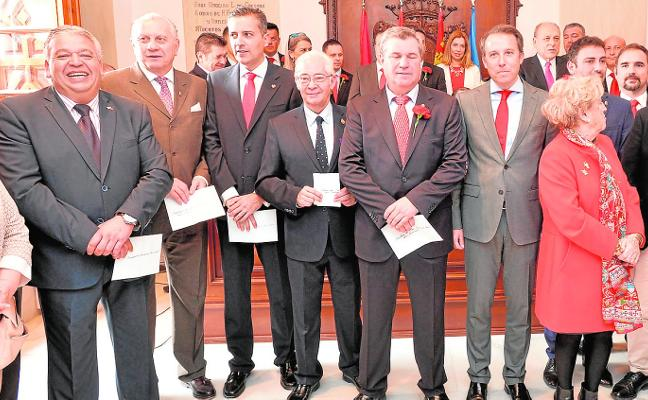 El alcalde propone a los presidentes la constitución de una unión de cofradías