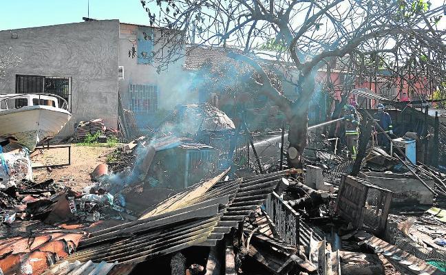 Fuego en una caseta de huerta de Beniaján