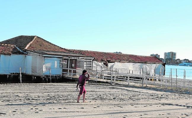Lo Pagán se divide entre afines a reconstruir el Floridablanca o a liberar la playa del balneario