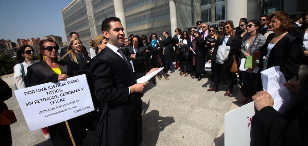 Decenas de letrados reclaman «dignidad» para su profesión