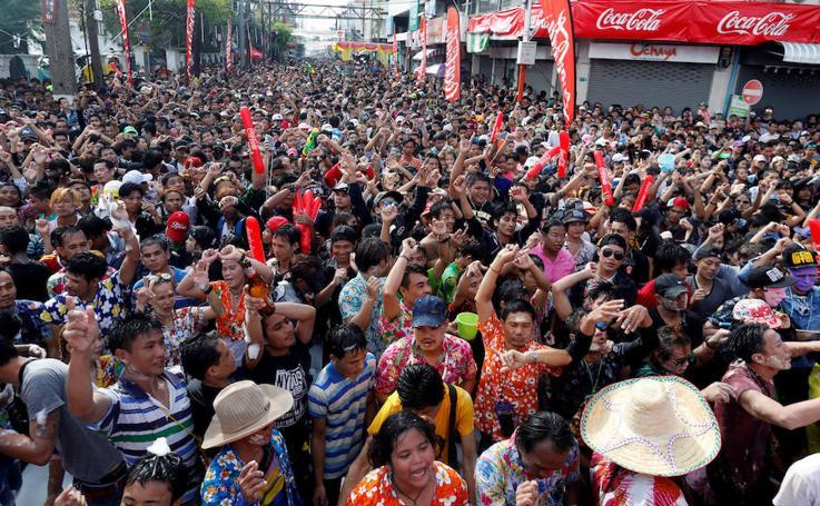 Bangkok se empapa para celebrar el Año Nuevo