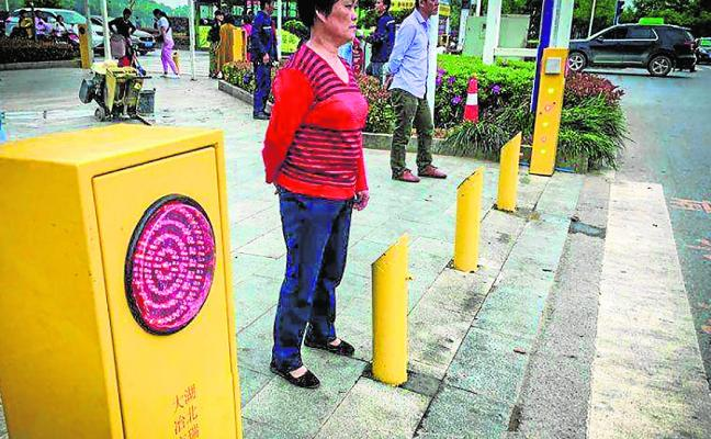 Aspersores contra peatones que no respeten los semáforos