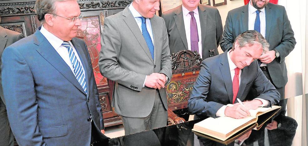 El saludo al nuevo consejero: «Así se las pusieron a Felipe II»