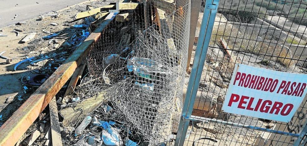 Los vecinos denuncian la falta de un vallado y las montañas de residuos