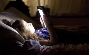 Alertan del grave riesgo de sufrir varios tipos de cáncer por usar el móvil por la noche